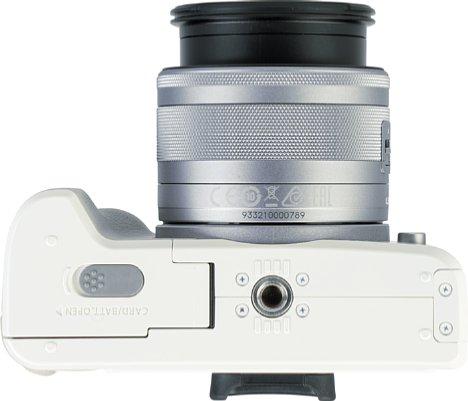 Bild Das Stativgewinde der EOS M50 Mark II liegt in der optischen Achse. Leider ist die Batterie-/Speicherkartefach Abdeckung sehr dicht am Gewinde positioniert. [Foto: MediaNord]