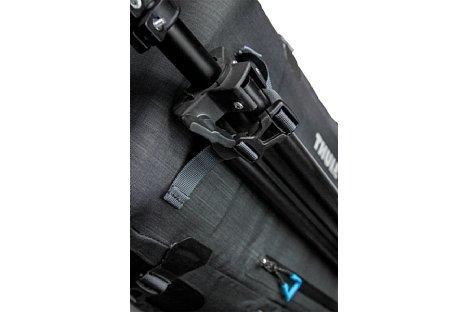 Bild Der Stativhalter des Thule Perspektiv Fotorucksacks bietet sicheren halt für ein Dreibein-Stativ. [Foto: Sebastian Nevermann]
