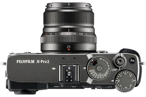 Bild Auch das mitgelieferte Objektiv Fujinon XF 23 mm F2 R WR sowie die passende Metallgegenlichtblende sind wie die Fujifilm X-Pro2 in Graphit beschichtet. [Foto: Fujifilm]