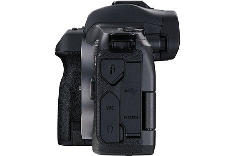 Bild Unter den seitlichen Abdeckungen der Canon EOS R verbergen sich diverse Anschlüsse, u. a. ein USB-C-Anschluss (USB 3.1) und eine HDMI-Schnittstelle. Ein Kabel-Clip zur Entlastung der Buchse wird mitgeliefert. [Foto: Canon]