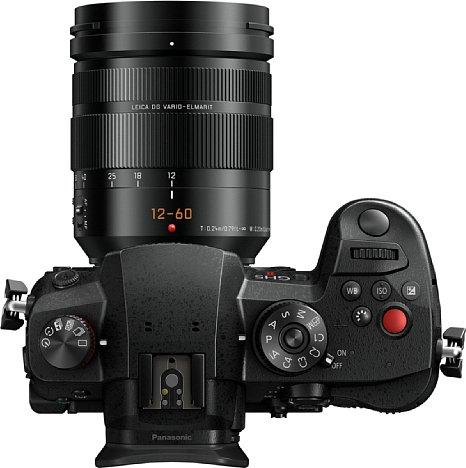 Bild Wie auch schon die GH5S besitzt die Panasonic Lumix DC-GH5 II einen deutlich sichtbaren Videoaufnahmeknopf. [Foto: Panasonic]