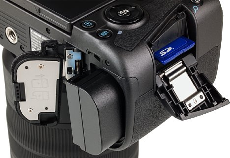 Bild Speicherkarte und Akku können bei der Canon EOS R unabhängig voneinander entnommen werden. Trotz USB-C-Schnittstelle mitsamt (viel zu wählerischer) Ladefunktion ist das externe Aufladen in der mitgelieferten Ladeschale unkomplizierter. [Foto: MediaNord]