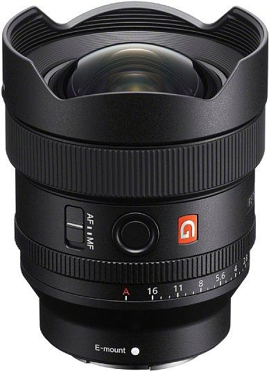 Bild Die Streulichtblende ist integraler Bestandteil des Sony FE 14 mm F1.8 GM (SEL-14F18GM). Die stark gewölbte Frontlinse ist dank Fluorbeschichtung schmutzabweisend, auch Dichtungen zum Spritzwasserschutz fehlen nicht. [Foto: Sony]