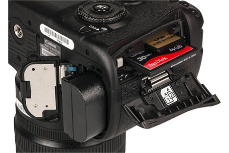 Bild Die Canon EOS 7D Mark II ist mit je einem Steckplatz für CF- und SD/SDHC/SDXC-Karten ausgestattet. Eine Akkuladung reicht für ca. 670 Fotos. [Foto: MediaNord]