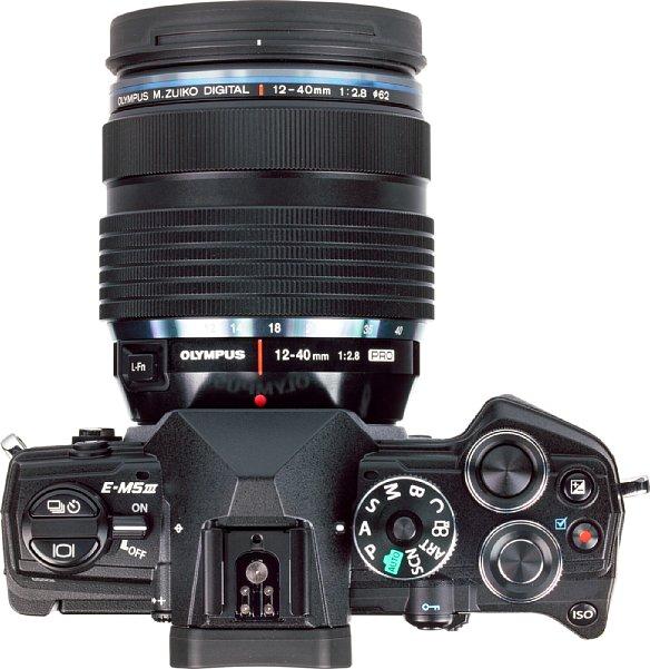 Bild Auch auf der Oberseite bietet die Olympus OM-D E-M5 Mark III zahlreiche Bedienelemente, das Programmwählrad lässt sich sogar verriegeln. [Foto: MediaNord]