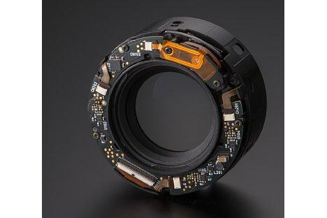 Bild Hier die Bildstabilisations-Einheit aus dem Tamron SP 45 mm F1.8 Di VC USD. Deutlich erkennt man den völlig anderen Aufbau im Vergleich zur deutlich kleineren Einheit im 35mm-Objektiv. [Foto: Tamron]