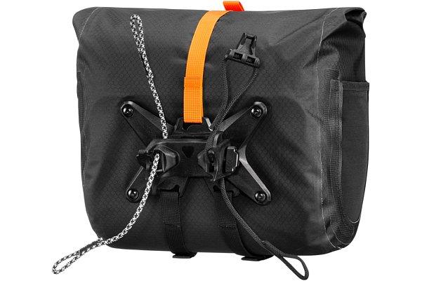 Bild Dank der universellen, fest mit der Tasche verbundenen Halterung lässt sich das Ortlieb Handlebar-Pack QR werkzeuglos am Fahrradlenker fixieren. [Foto: Ortlieb]