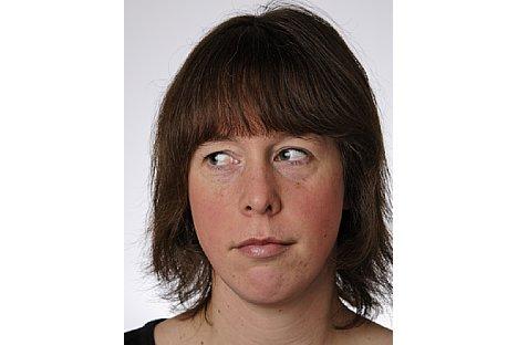 Bild Die Person muss auf dem Foto direkt in die Kamera blicken. Die Augen müssen geöffnet und deutlich sichtbar sein und dürfen nicht durch Haare oder Brillengestelle verdeckt werden. [Foto: Markt+Technik]