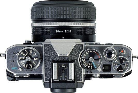 Bild Statt eines Programmwählrads gibt es auf der Oberseite der Nikon Z fc einen Programmwahlhebel sowie Drehräder für die ISO-Empfindlichkeit, Belichtungszeit und Belichtungskorrektur. Ein kleines Display zeigt sogar die Blende an. [Foto: MediaNord]