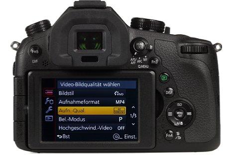 Bild Der 7,5 Zentimeter große Bildschirm der Panasonic Lumix DMC-FZ1000 löst 921.000 Bildpunkte auf und ist dreh- sowie schwenkbar angebaut. [Foto: MediaNord]