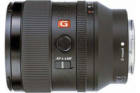 Bild Auf der linken Seite des Sony FE 35 mm 1.4 GM befindet sich über dem AF-MF-Schalter eine über die Kamera programmierbare Funktionstaste, die mit der Fokus-Haltefunktion vorbelegt ist. [Foto: MediaNord]