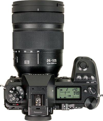 Bild Trotz vieler Knöpfe bleibt auf der Oberseite der Panasonic Lumix DC-S1R noch Platz für ein großes Status-Display mitsamt Beleuchtung. [Foto: MediaNord]