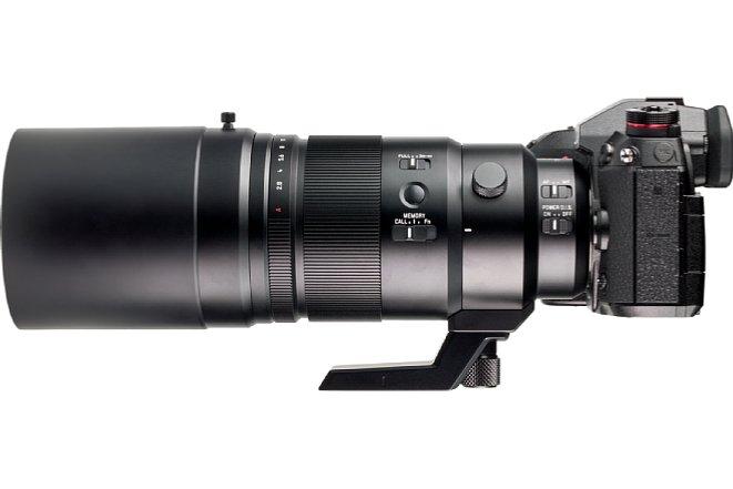 Bild Die mitgelieferte Streulichtblende desPanasonic Leica DG Elmarit 200 mm 2.8 Power OIS ist äußerst lang, wird aber mit einem umständlichen Stülp- und Klemmmechanismus angebracht statt über ein praktisches Bajonett. [Foto: MediaNord]