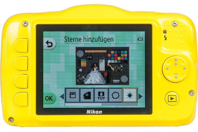 """Bild Die Bedienoberfläche der Nikon Coolpix S32, hier im Wiedergabemodus bei """"Mit Fotos spielen – Sterne hinzufügen"""" ist gelungen und leicht verständlich. [Foto: MediaNord]"""
