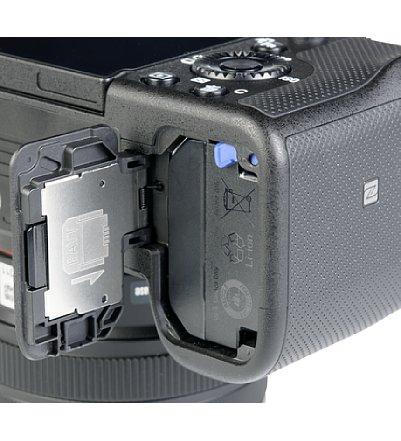 Bild Der große Lithium-Ionen-Akku NP-FZ100 liefert der Sony Alpha 7C genug Energie für 740 Aufnahmen. Er kann zum Laden via USB-C in der Kamera verbleiben. [Foto: MediaNord]