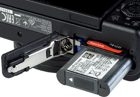 Bild Der Lithium-Ionen-Akku der Sony ZV-1 reicht für lediglich 260 Aufnahmen. Das Speicherkarteninterface unterstützt neben SD-/SDHC-/SDXC-Karten auch MemorySticks statt des schnellen SD-UHS-II-Standards. [Foto: MediaNord]