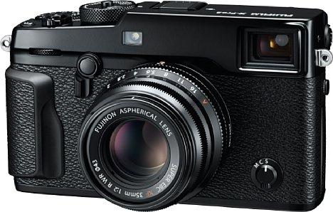 Bild Die Fujifilm X-Pro2 besitzt nicht nur das Design einer klassischen Messsucherkamera, sondern auch einen großen optischen Sucher, der sich als optisch-elektronischer Hybridsucher mit nützlichen digitalen Einblendeungen entpuppt. [Foto: Fujifilm]