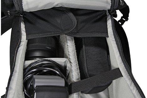 Bild Lowepro legt bei der Urban Photo Sling 250 Wert auf Sicherheit. Das Equipment ist gut vor dem Herausfallen geschützt. [Foto: Daniela Schmid]