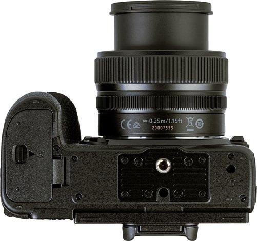 Bild Das Stativgewinde der Nikon Z 5 liegt vorbildlich in der optischen Achse. Vorbildlich: Nikon hat sogar an einen Videopin (Verdrehsicherung) gedacht. Auch der Abstand zum Akkufach ist trotz der kompaktem Kameraabmessungen komfortabel groß. [Foto: MediaNord]