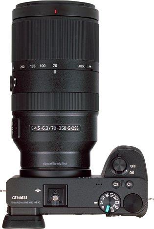 Bild 14 Zentimeter in der Länge und sieben Zentimeter im Durchmesser misst das Sony E 70-350 mm 4.5-6.3 G OSS. Die Kombination mit der Alpha 6600 wiegt 1.125 Gramm. [Foto: MediaNord]