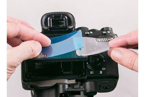 Bild Ist die Schutzfolie ausgerichtet, wird sie langsam auf das Display abgesenkt und der Winkel sollte schön flach sein. Auch sollte drauf geachtet werden, dass keine Luftblasen entstehen. [Foto: MediaNord]