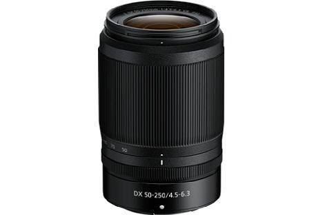 Bild Das Nikon Nikkor Z DX 50-250 mm F4.5-6.3 VR ist deutlich größer als das 16-50 mm, erreicht mit 75 bis 375 mm entsprechend Kleinbild aber auch eine viel größere Brennweite. [Foto: Nikon]