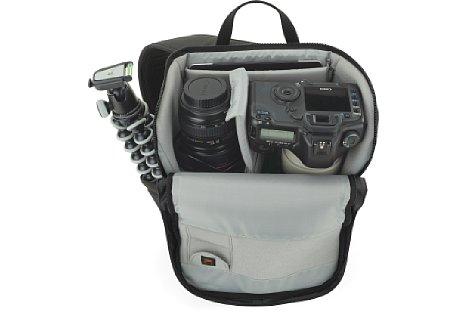 Bild Die Kamera wird von oben in die Urban Photo Sling 250 eingelegt, was eine schnelle Entnahme ermöglicht. [Foto: Lowepro]