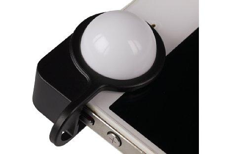 Bild Dabei deckt die ca. 2 cm große Kalotte die Sekundärkamera des iPhone ab, und die dazugehörige App nutzt diese dann als Sensor zur Belichtungsmessung. [Foto: MediaNord]