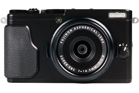 Bild Das 18,5mm-Objektiv (28 mm entsprechend Kleinbild) der Fujifilm X70 besitzt einen großen Durchmesser, aber eine winzige Frontlinse. Die Blende sowie eine weitere, frei belegbare Funktion können mit den beiden Objektivringen eingestellt werden. [Foto: MediaNord]