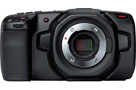 Blackmagic Pocket Cinema Camera 4K: Hier erkennt man gut den 17:9-Format FourTirds-Sensor im Micro-Four-Thirds-Bajonett. Die Position der Mikrofone ist nicht so günstig, wie es den Anschein hat. Sie liegen im handgehaltenen Betrieb oft im Griffbereich. [Foto: Blackmagic]