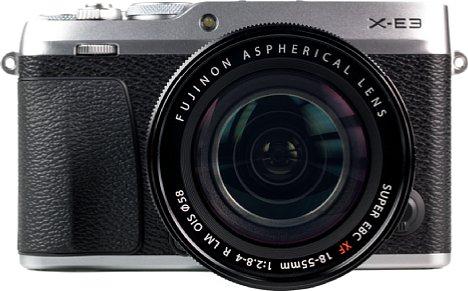 Bild Das sehr gut verarbeitete Gehäuse der Fujifilm X-E3 besteht im oberen und unteren Bereich (hier: Silber) aus Metall. Dazwischen befindet sich großzügig mit rutschfestem Gummi beklebter Kunststoff. [Foto: MediaNord]