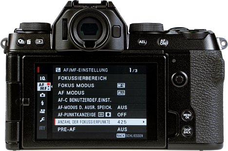 """Bild Der 3"""" große Touchscreen der Fujifilm X-S10 ist voll beweglich und erreicht mit einer Leuchtdichte von über 700 cd/m² eine ansehnliche Helligkeit. [Foto: MediaNord]"""