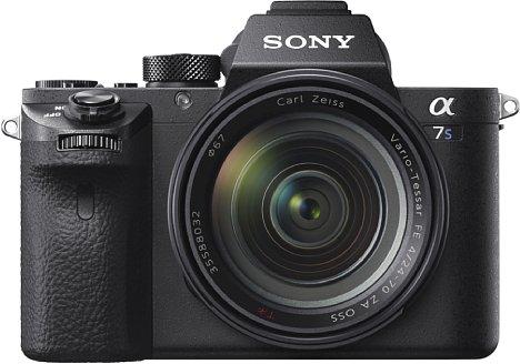 Bild Das Gehäuse und die Bedienung der Sony Alpha 7S II entspricht den der anderen Mark-II-Geräten der Serie. Dazu zählt auch der ausgeprägte Handgriff, der für ein gute Handlage des für eine Vollformat-Kamera recht kompakten Geräts sorgt. [Foto: Sony]