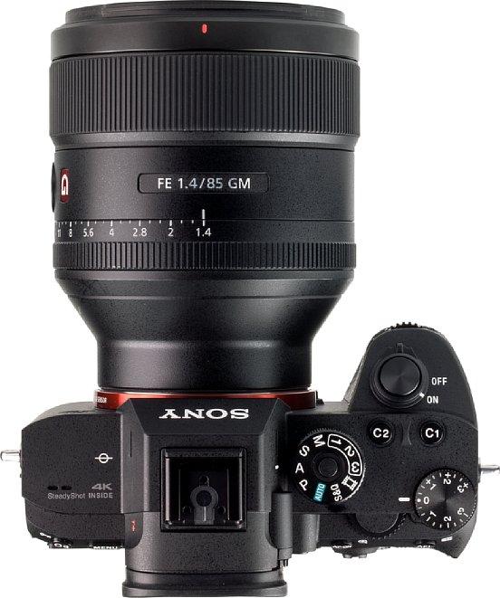 Bild Besonders im Vergleich zur kompakten Alpha 7R III wird deutlich, wie groß dasSony FE 85 mm F1.4 GM ist. Die optische Qualität hat klar den Vorrang vor einer kleinen Bauweise. [Foto: MediaNord]