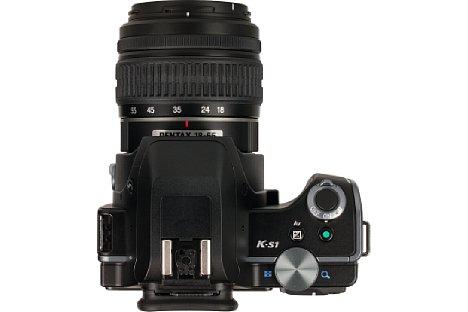 Bild Je nach Modus leuchtet der Auslöseknopf der Pentax K-S1 grün (für Fotos) oder Rot (für Videos). Zwischen den Modi umgeschaltet wird mittels des Ringschalters am Auslöser. [Foto: MediaNord]
