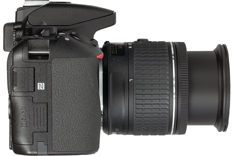 Bild Die HDMI-Buchse sowie den NFC-Chip hat Nikon bei der D5600 auf der Handgriffseite untergebracht. [Foto: MediaNord]
