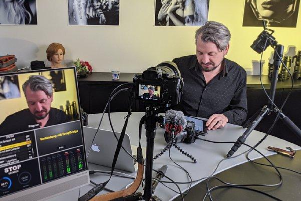Bild Manuel Quarta im MediaNord-Studio beim Dreh eines Schulungs-Videos. [Foto: MediaNord]