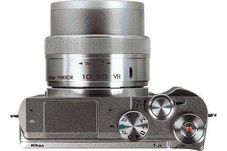 Bild Das 10-30mm-Setobjektiv (27-81 mm KB) der Nikon 1 J5 fährt beim Einschalten den Tubus aus. Dadurch ist es beim Transport sehr kompakt. [Foto: MediaNord]