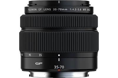 Bild In Transportstellung ist das 390 Gramm leichte Fujifilm GF 35-70 mm F4.5-5.6 WR mit einer Länge von 7,4 und einem Durchmesser von 8,5 Zentimetern sehr kompakt. [Foto: Fujifilm]