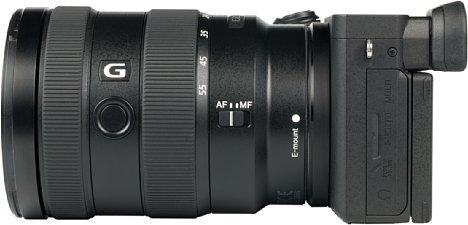Bild Einen AF-MF-Schalter sowie eine programmierbare Funktionstaste bietet dasSony E 16-55 mm 2.8 G (SEL1655G). Einen Bildstabilisator besitzt es dagegen nicht, den gibt es nur in Kombination mit der hier gezeigten Alpha 6600 oder der älteren 6500. [Foto: MediaNord]