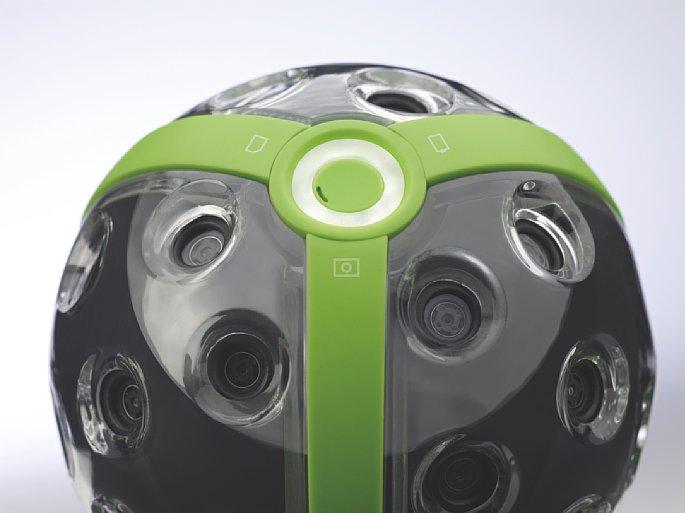 Bild Detailfoto der Panono Panorama-Kamera. Der weiße Ring enthält diverse LEDs, mit der die Kamera Startvorgang, WiFi-Status, Speichervorgang, Batteriestand usw. meldet. Das Leuchten der LEDs ist in hellem Sonnenlicht schlecht zu sehen. [Foto: Panono]