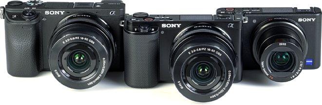 Bild Größenvergleich zwischen Sony Alpha 6400 (links), der ZV-E10 (Mitte) sowie der ZV-1 (rechts). Die 6400 ist vor allem etwas breiter, Höhe und Tiefe sind nahezu identische. Die ZV-1 ist hingegen deutlich kleiner. [Foto: MediaNord]