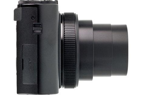 Bild Auf der rechten Seite der Kamera ist die Kunststoffabdeckung zu sehen, unter der sich HDMI- und USB-Schnittstelle verbergen. [Foto: MediaNord]