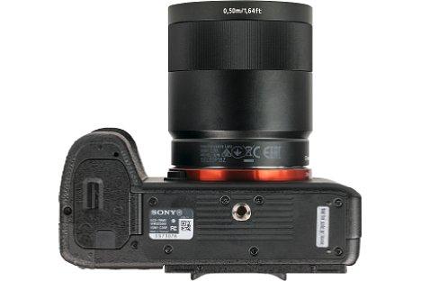 Bild Das Stativgewinde sitzt bei der Sony Alpha 7R II weit genug vom Akkufach entfernt und befindet sich selbstverständlich in der optischen Achse. [Foto: MediaNord]