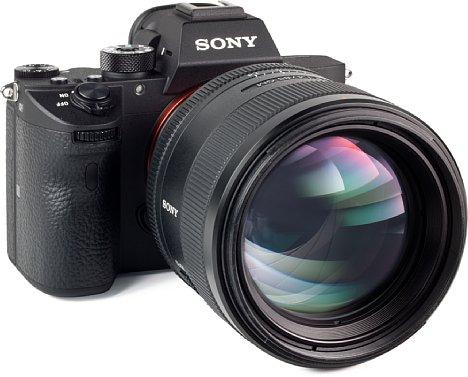 Bild Die hohe Lichtstärke derSony FE 85 mm F1.4 GM macht eine 65 Millimeter große Frontlinse erforderlich, der Filterdurchmesser beträgt 77 Millimeter. [Foto: MediaNord]