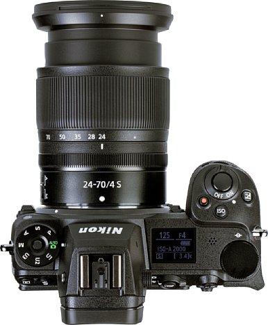 Bild Die Nikon Z 6II bietet einen sehr gut ausgeformten und damit ergonomischen Handgriff. Praktisch ist auch das Schulterdisplay, das über die wichtigsten Aufnahmeparameter informiert. [Foto: MediaNord]