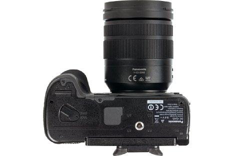 Bild Das Stativgewinde der Panasonic Lumix DC-GH5 liegt in der optischen Achse und weit genug entfernt vom Akkufach. Die Abdeckung der Kontaktleiste verrät: Hier lässt sich ein Zusatzgriff anschließen. [Foto: MediaNord]