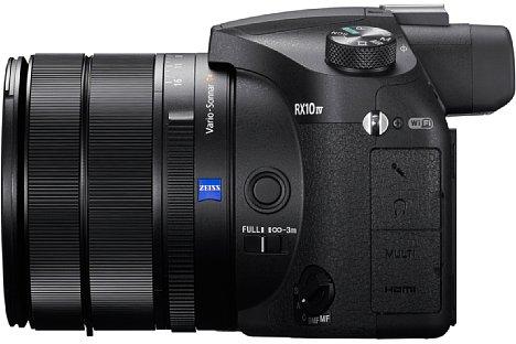 Bild Nicht nur ein Stereo-Mikrofon lässt sich an die Sony RX10 IV anschließen, sondern auch ein Kopfhörer. Der Blendenring arbeitet auf Wunsch stufenlos, so dass man ihn während einer Videoaufnahme bei der Bedienung nicht hört. [Foto: Sony]