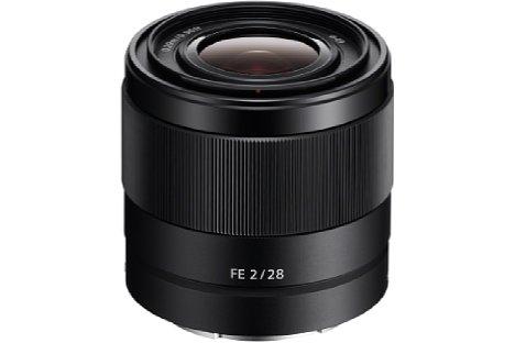 Bild Besonders klein und leicht fällt das Sony FE 28 mm F2 (SEL-28F20) aus und passt damit perfekt zur kompakten Alpha-7-Familie. [Foto: Sony]