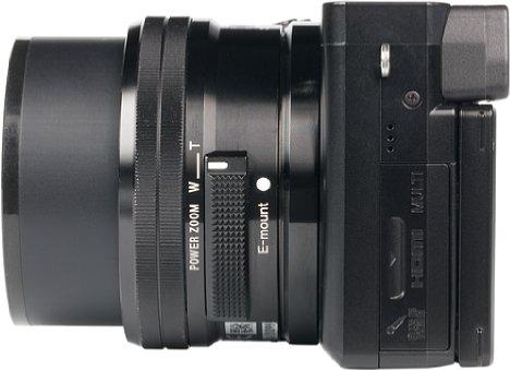 Bild Die drei Schnittstellen (Micro-USB, Micro-HDMI und 3,5mm Stereomikrofoneingang) der Sony Alpha 6100 sitzen hinter einer kleinen Kunststoffklappe, die nach dem Entriegeln von einer Feder aufgedrückt wird. [Foto: MediaNord]